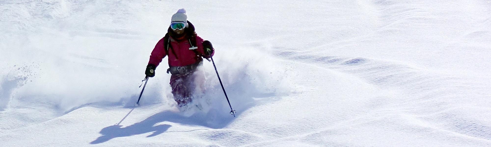 Angie, skie dans la poudreuse