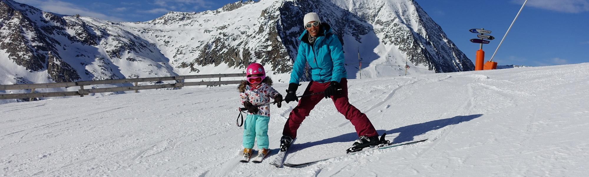 Apprentissage du ski de façon ludique pour un petit bout de 2 ans avec Angie ski